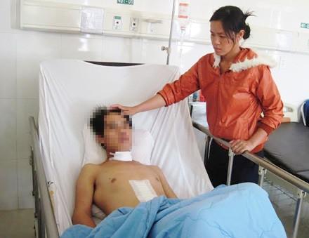 Chị Hoàng Thị Nga chăm sóc cho anh Định