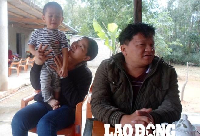 Vợ chồng anh Vũ hạnh phúc bên con trai