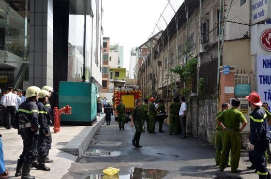 Lực lượng chữa cháy quận 1 có mặt để dập lửa