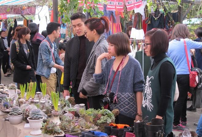 Chợ phiên thu hút rất đông du khách.