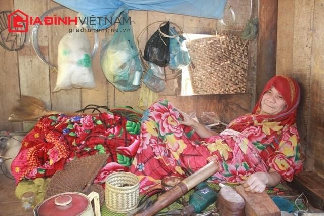 """""""Dị nhân"""" Lô Văn Yên sống một mình trong căn lều nhỏ trên đồi cao"""