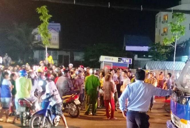Các tiểu thương xuống đường phản đối việc di dời sang chợ mới.