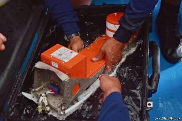 Hộp đen ghi dữ liệu chuyến bay QZ8501 đã được vớt lên vào 12/1. Ảnh: EPA