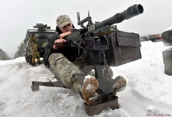 """Binh sĩ Ukraine điều khiển máy bay không người lái mới """"Spectator-M"""" gần Goncharivsk ngày 23/1. (TTXVN)"""