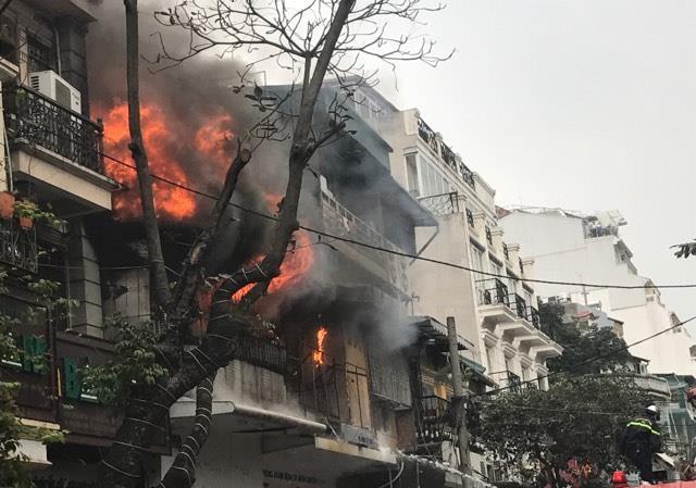 CLIP dập đám cháy lớn nhà phố cổ Hà Nội