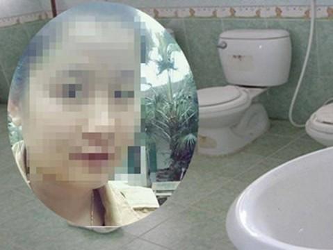 Không phải đồ chơi, cô giáo bỏ quên bé gái trong nhà vệ sinh