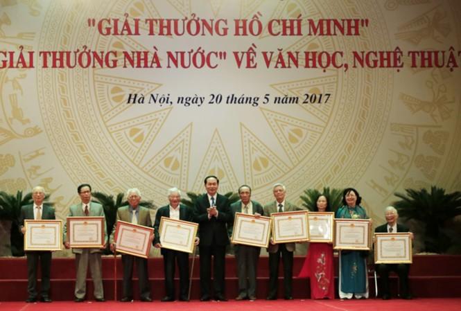 Chủ tịch nước Trần Đại Quang trao Giải thưởng Hồ Chí Minh cho các tác giả. Ảnh: Hồng Vĩnh