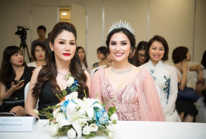 MC Huyền Sâm (trái) Đại sứ cuộc thi mang bộ trang sức trị giá hơn 1 tỷ đồng tại lễ phát động