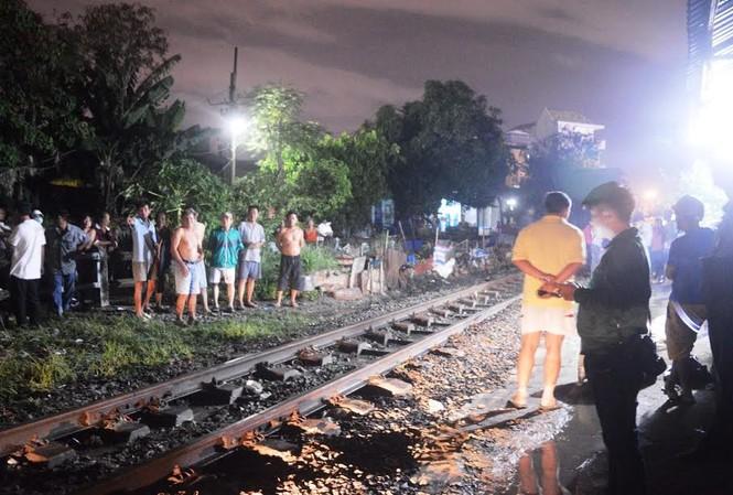 Nhậu xong ra đường ray ngồi, người đàn ông bị tàu hỏa tông chết