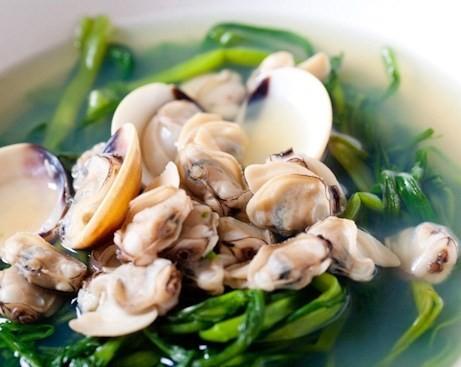 Những thức ăn nên tránh khi ăn canh trai ngao hến