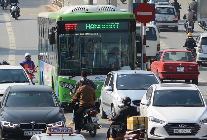 """Nhiều xe máy, ô tô ngang nhiên lấn làn, """"tạt đầu"""" xe buýt BRT."""