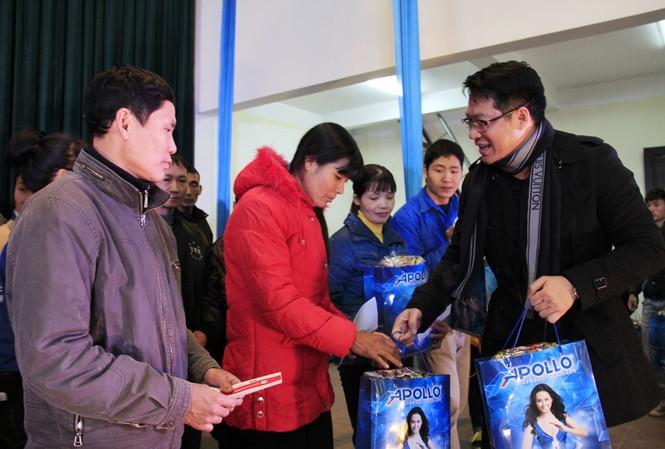 Tặng quà Tết cho người nghèo ở Bắc Ninh