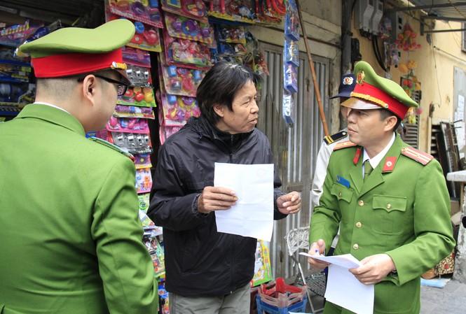 Ông Nguyễn Duy Linh (phố Chả Cá) bị lập biên bản, xử phạt 2 ngày liên tiếp vì tái chiếm vỉa hè. Ảnh: Trường Phong
