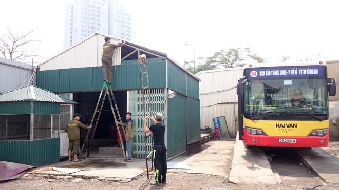 Tháo dỡ cây xăng lậu tại bãi xe của Cty du lịch Hải Vân. Ảnh: Tuấn Nguyễn