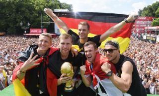 Các tuyển thủ Đức ăn mừng chức vô địch tại Berlin