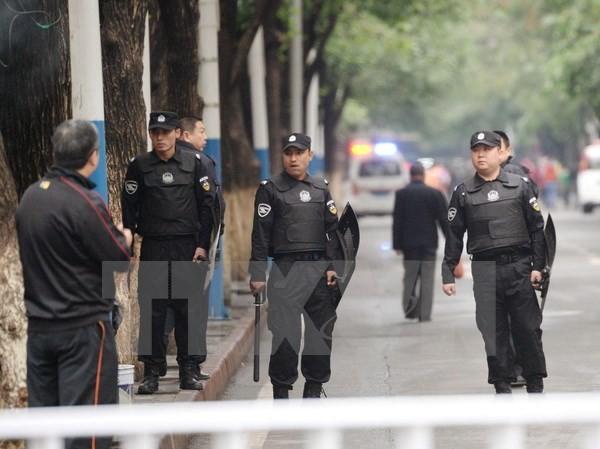 Cảnh sát Trung Quốc tuần tra tại Tân Cương ngày 23/5. (Nguồn: Kyodo/TTXVN)