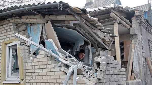 Một ngôi nhà tại khu vực Donetsk bị trúng đạn pháo. (Nguồn: RT)