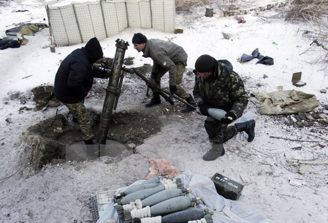Binh sỹ Ukraine chuẩn bị bắn đạn pháo nhằm vào lực lượng ly khai tại làng Pisky, gần sân bay Donetsk. (Nguồn: AFP/TTXVN)
