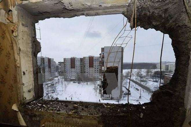 Một ngôi nhà bị hư hại do trúng đạn pháo tại Donetsk. Ảnh minh họa. Nguồn: AFP/TTXVN