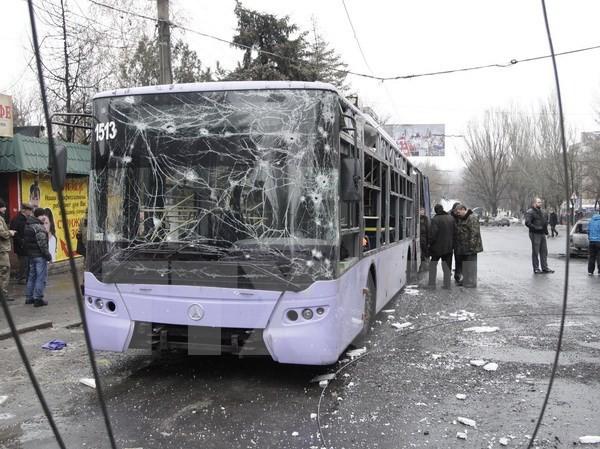 Chiếc xe bị hư hại do trúng đạn pháo tại Donetsk. Nguồn: THX/TTXVN