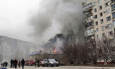 Một tòa nhà ở Mariupol bốc cháy sau khi trúng đạn pháo.