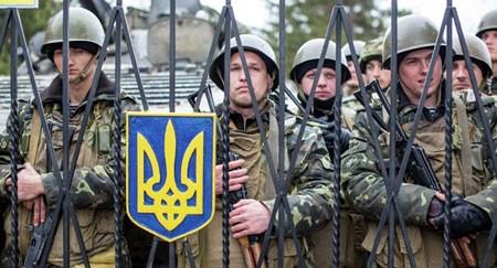 Một nhóm binh sĩ Ukraine tại một căn cứ quân sự.