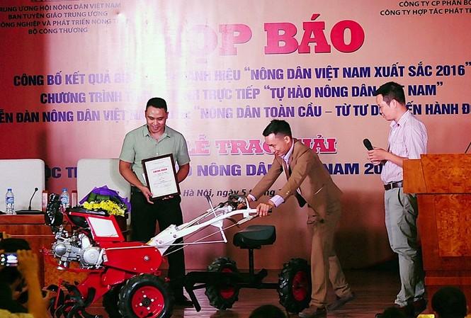 """Tác giả Trần Dũng (Nam Định) và nhân vật trong tác phẩm đạt giải Nhất đã đưa sáng chế Máy nông nghiệp 12 trong 1 """"made in Tạ Đình Huy"""" đến giao lưu tại buổi họp báo."""