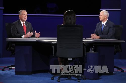 Ông Mike Pence (phải) và ông Tim Kaine (trái) tại cuộc tranh luận ở Farmville, Virginia ngày 4/10. Ảnh: AFP/TTXVN.