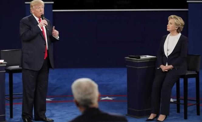Hai ứng cử viên Donald Trump (trái) và Hillary Clinton tại cuộc tranh luận trực tiếp thứ hai. Ảnh: Reuters.