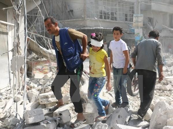 Cảnh đổ nát sau một cuộc không kích tại khu vực Fardous, thành phố Aleppo, Syria ngày 12/10. (Nguồn: AFP/TTXVN)