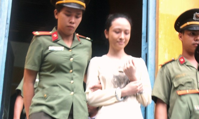 Hoa hậu Phương Nga rời tòa án ngày 21/9. Ảnh: Tân Châu