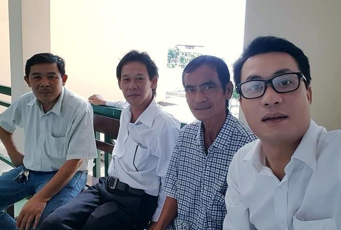 Ông Huỳnh Văn Nén (áo ca rô), ông Huỳnh Trung Nghĩa (bên trái) cùng hai LS tư vấn là LS Phạm Công Út và LS Nguyễn Văn Quynh.