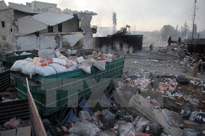 Xe chở hàng cứu trợ bị phá hủy sau một cuộc không kích tại thị trấn Orum al-Kubra, Aleppo, Syria ngày 20/9. (Nguồn: AFP/TTXVN)