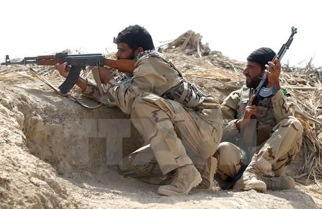 Binh sỹ Iraq trong một cuộc giao tranh với các tay súng IS . (Nguồn: AFP/TTXVN)