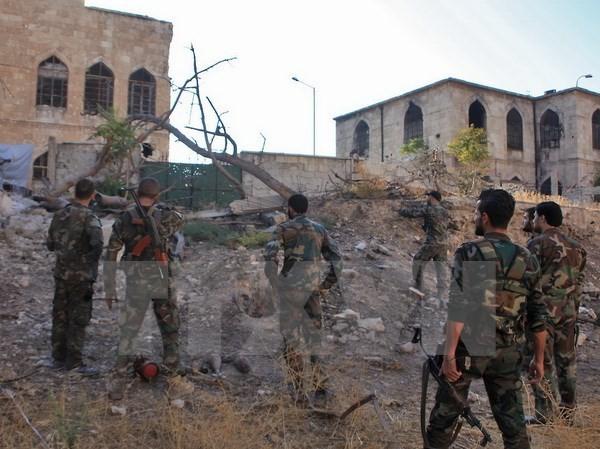Binh sỹ quân đội Chính phủ Syria làm nhiệm vụ tại khu vực Bustan al-Basha, Aleppo ngày 6/10 vừa qua. (Ảnh: AFP/TTXVN)