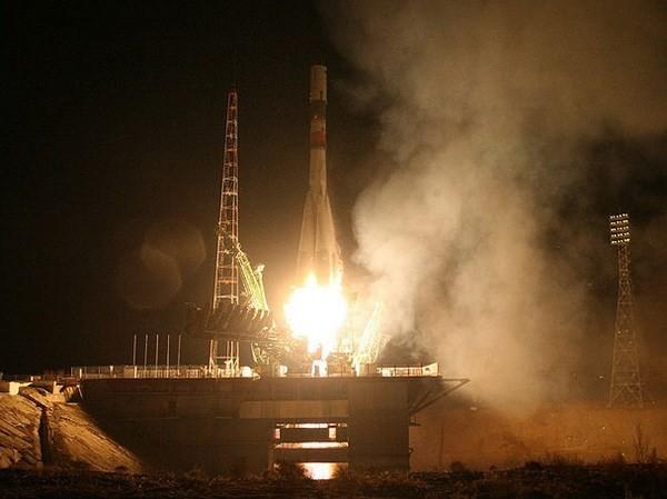 Tên lửa đẩy Soyuz-U mang theo tàu Tiến bộ MS-04 rời bệ phóng. (Nguồn: russianspaceweb.com)