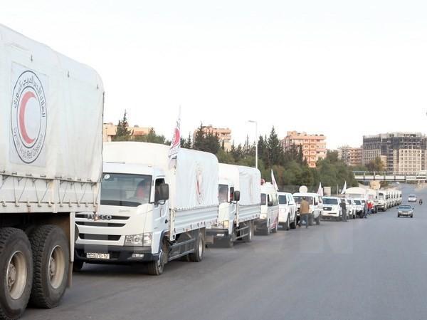 Một chuyến xe chở hàng cứu trợ tới thị trấn Madaya and al-Zabadani gần Damascus, Syria. (Nguồn: EPA/TTXVN)