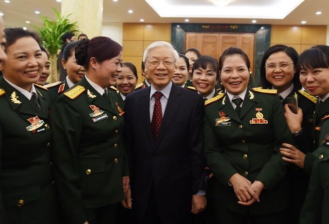 Tổng Bí thư Nguyễn Phú Trọng với các đại biểu về dự Đại hội Phụ nữ toàn quân lần thứ VI