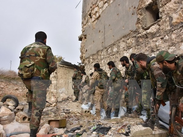Binh sỹ Syria kiểm soát một vị trí tại Karm al-Jabal, phía đông Aleppo ngày 5/12/2016. (Nguồn: AFP/TTXVN)