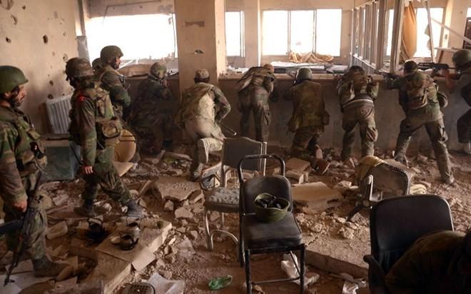 Binh sỹ quân đội Syria đang giành ưu thế tại thành phố Aleppo. (Nguồn: Russia Insider)
