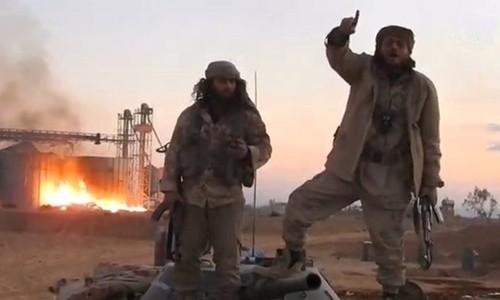 Hình ảnh cắt từ đoạn video do hãng thông tấn Amaq công bố cho thấy các tay súng IS hiện diện tại Palmyra. Ảnh: Reuters