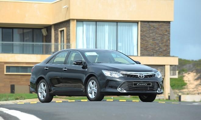 Toyota Camry 2016: Thêm trang bị, hạ giá bán