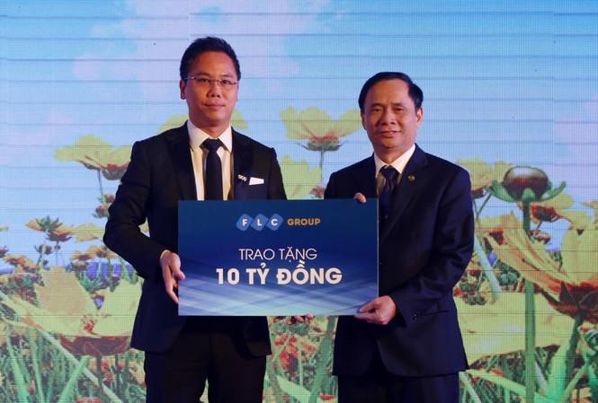 Đại diện lãnh đạo Tập đoàn FLC trao hỗ trợ 10 tỷ đồng cho quỹ vì người nghèo tại Thanh Hóa. Ảnh: Hoàng Lam
