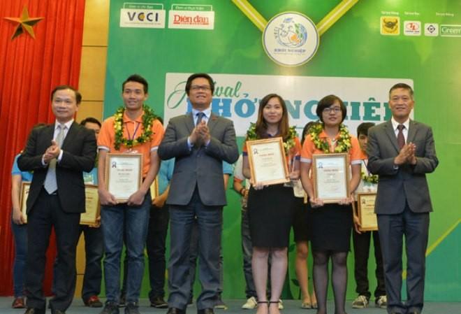 Chủ tịch VCCI Vũ Tiến Lộc, ông Phạm Tất Thắng – Phó Chủ nhiệm Ủy ban Văn hóa, Giáo dục, Thanh niên, Thiếu niên và Nhi đồng của Quốc hội; ông Trần Văn Tùng – Thứ trưởng Bộ KH&CN trao giải Nhất cho các tác giả