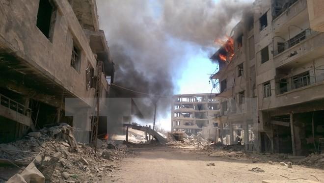 Khói bốc lên sau cuộc không kích ở thị trấn Daraya, khu vực bên ngoài thủ đô Damascus. (Nguồn: AFP/TTXVN)