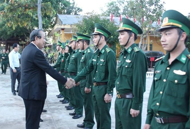 Phó Thủ tướng chúc Tết chiến sĩ Đồn biên phòng Ia Rvê
