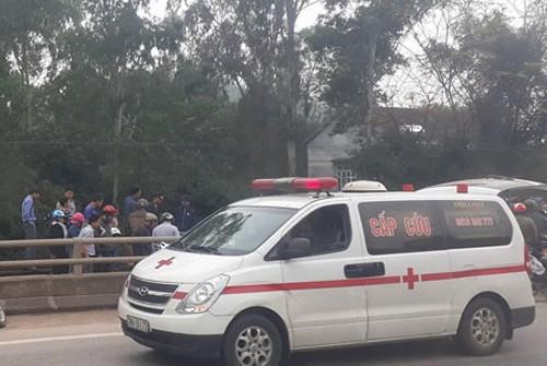 Xe cấp cứu chở nạn đi bênh viện.