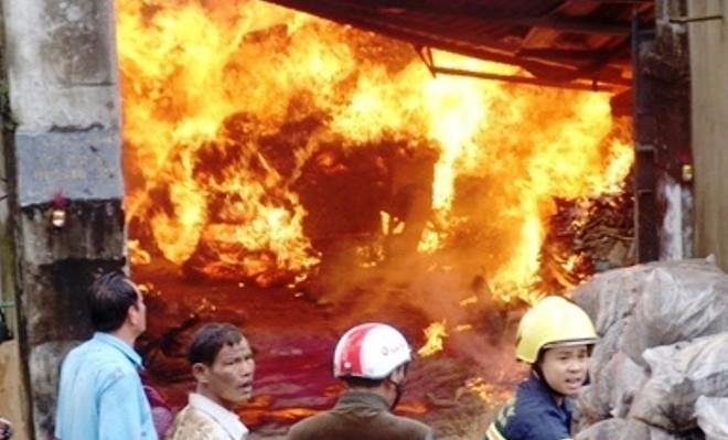 Ngọn lửa lan nhanh ra cả khu nhà xưởng sau khi bùng phát. Ảnh: Hoàng Triều