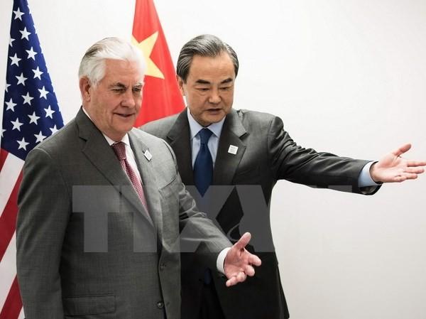 Ngoại trưởng Mỹ Rex Tillerson (trái) và Bộ trưởng Ngoại giao Trung Quốc Vương Nghị (phải) trước cuộc hội đàm tại Bonn ngày 17/2. (Nguồn: AFP/TTXVN)
