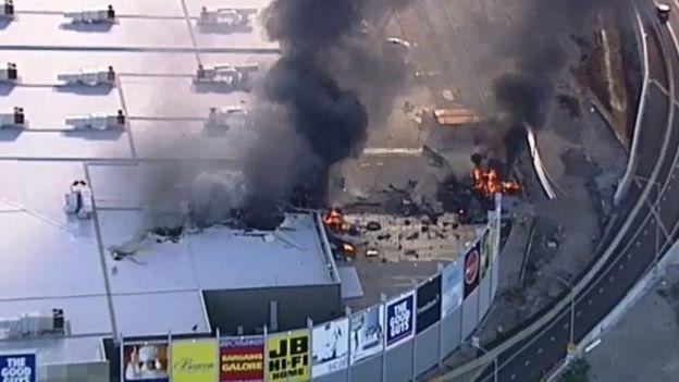 Chiếc máy bay đã đâm vào khu vực nhà kho của trung tâm mua sắm. (Nguồn: BBC)